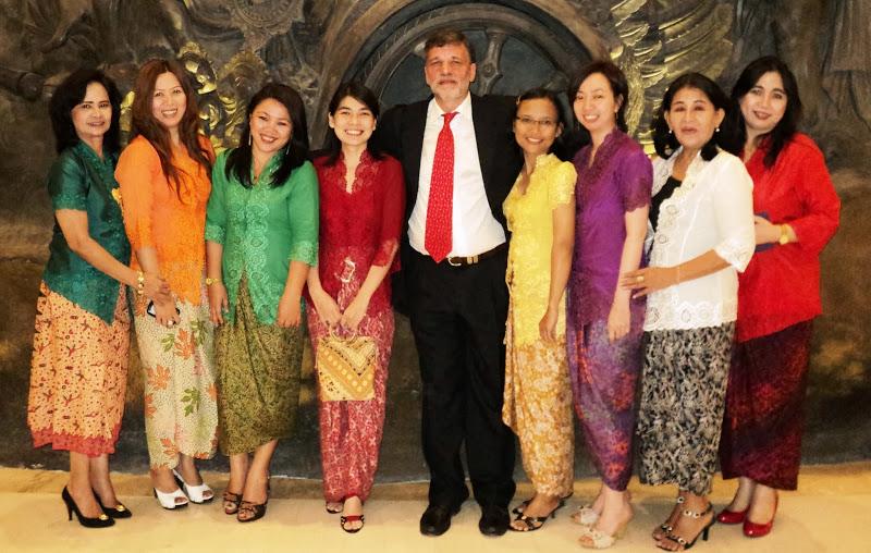 Fernando Lema con la Equipo Damas de Indonesia