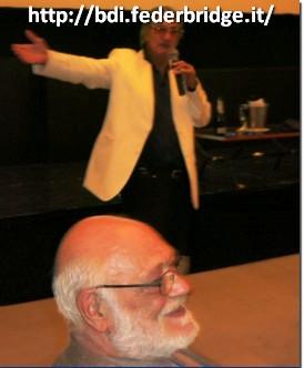 Zia Mahmood dirige la subasta bajo la supervision de G. Rona