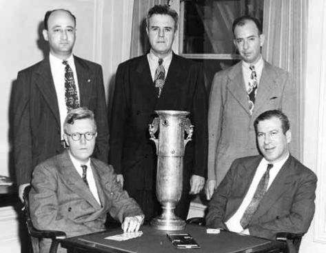 Los ganandores del año 1945 (sentados) Theodore Lightner, Edward Hymes; (parados) Sam Fry, Oswald Jacoby, Howard Schenken