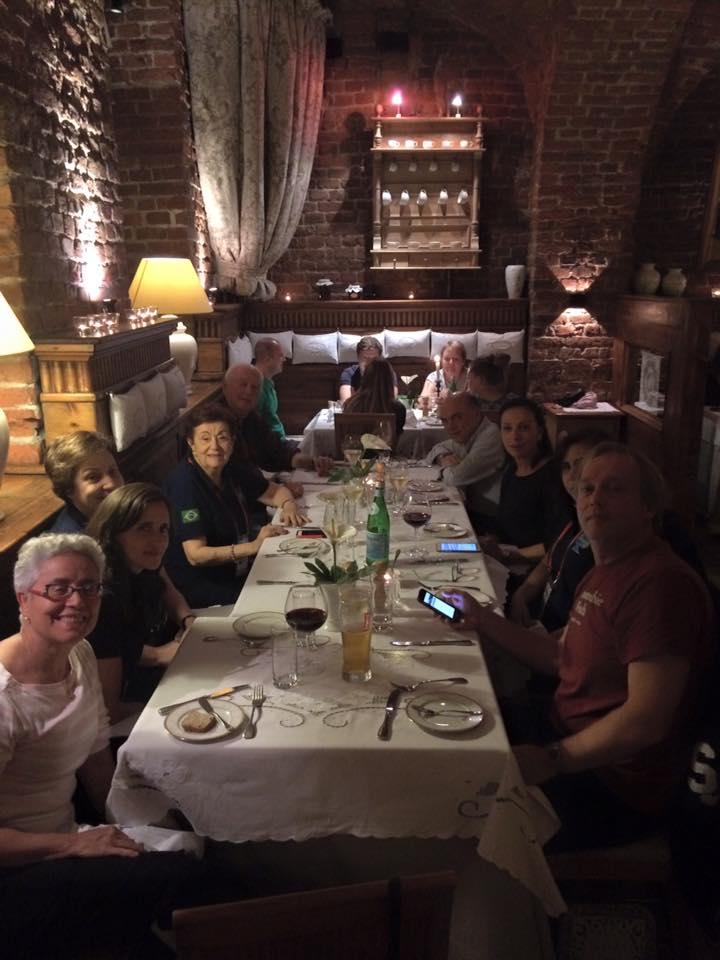 team-dinner-at-jadka-con-heloisa-nogueira-lucia-menezes-agota-mandelot-leda-pain-isabella-vargas-de-andrade-y-louk-verhees-en-breslavia